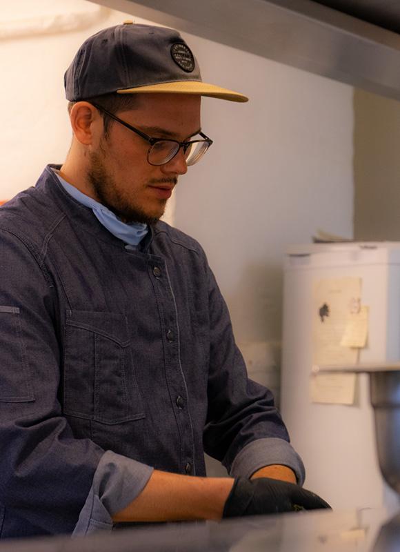 Benjamin Brinkmann von den StreetFoodBros bei der konzentrierten Zubereitung von frischen Falafel