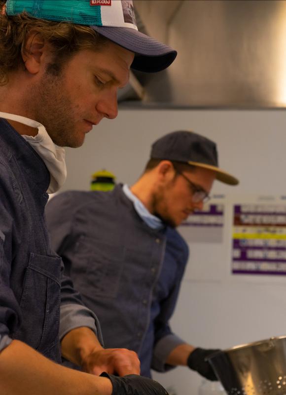 Fabian Haars und Benjamin Brinkmann von den StreetFoodBros bei der Zubereitung von Falafel