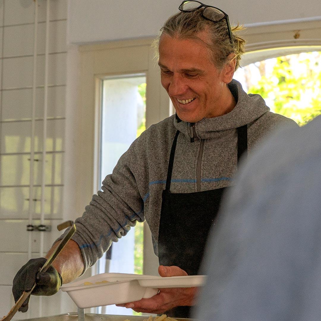 "Patrick ""Petzi"" Olbert bei der Zubereitung seiner Linsen-Bolognese"