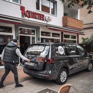 Haupteingang des Quartiers im Uni-Viertel in Braunschweig mit einem SEAT von Cheer's Kitchen davor